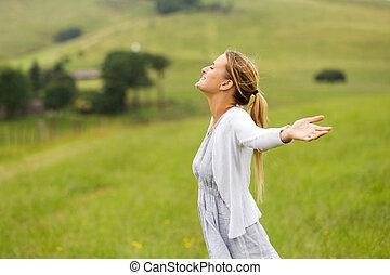 mulher, com, braços estendido, em, campo