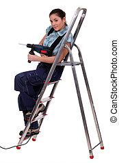 mulher, com, broca, sentando, ligado, escadaria metal
