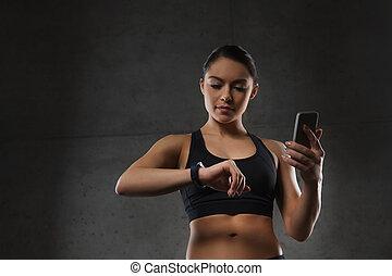 mulher, com, coração-taxa, relógio, e, smartphone, em,...