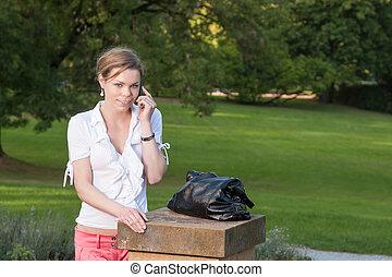 mulher, com, esperto, telefone, parque