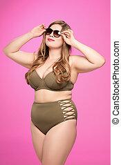 mulher com excesso de peso, óculos de sol, swimsuit