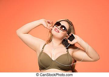 mulher com excesso de peso, escutar música
