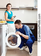 mulher, com, gato, observar, como, trabalhador, reparar, lavadora roupa