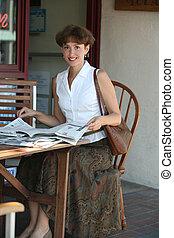 mulher, com, jornal