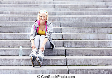 mulher, com, lâminas rolo, sentar escada