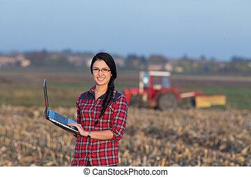 mulher, com, laptop, em, a, campo
