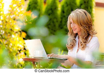 mulher, com, laptop, jardim