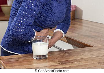 mulher, com, leite, alergia