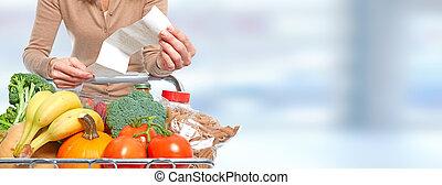 mulher, com, mercearia, recibo, e, shopping, cart.
