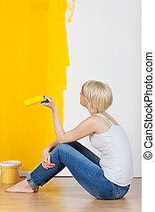 mulher, com, pintar rolo, olhar, amarela, parede