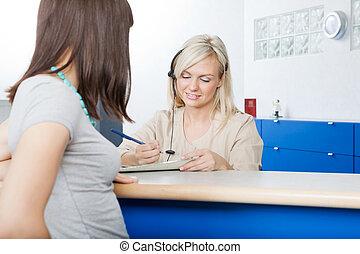 mulher, com, recepcionista, enchimento, forma, em,...