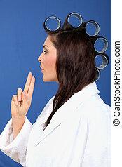 mulher, com, rolos cabelo