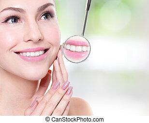 mulher, com, saúde, dentes, e, odontólogo, espelho boca