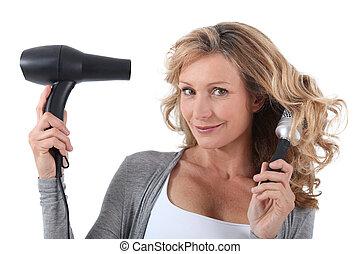 mulher, com, secador cabelo