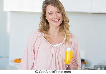 mulher, com, suco laranja, em, cozinha