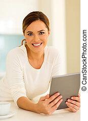 mulher, com, tabuleta, computador