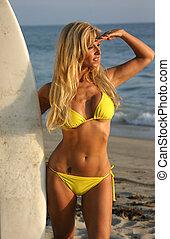 mulher, com, um, surfboard, olhar, a, pôr do sol