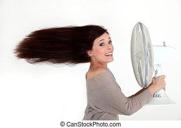 mulher, com, um, ventilador elétrico