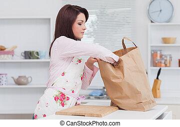 mulher, com, vegetal, saco, cozinha