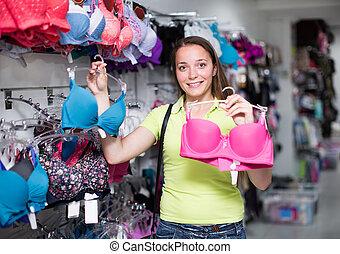 mulher, comprando, brassiere