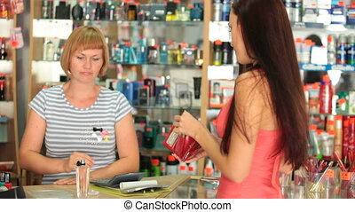 mulher, comprando, cosméticos