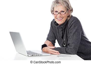 mulher, computador laptop, usando, sênior, sorrindo