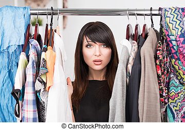 mulher, confundido, jovem, frente, guarda-roupa, retrato