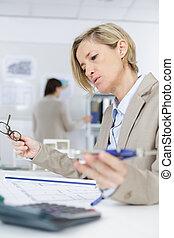 mulher, contabilista, calculando, impostos