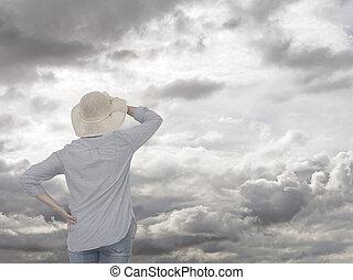 mulher, contra, cinzento, sky., olhar, futuro, concept.