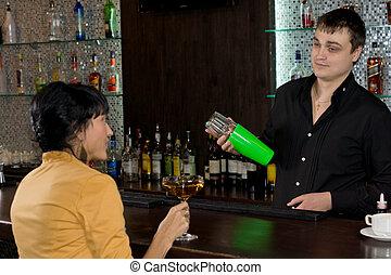 mulher, conversando, enquanto, barman, misturando, martini