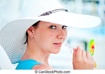 mulher, coquetel, jovem, bebendo, chapéu, branca