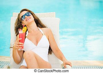 mulher, coquetel, relaxante, jovem, swimsuit, chaise-longue
