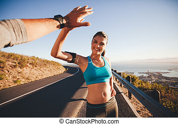 mulher, corrida, ajustar, dela, após, jovem, fiving, alto, namorado