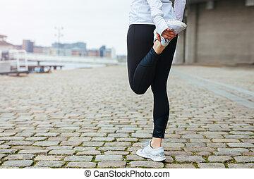 mulher, corrida, ajustar, dela, perna, esticar, jovem, antes...