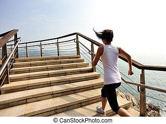 mulher, corrida, em, litoral, escadas