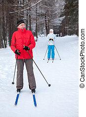 mulher, corrida, inverno, esquis, neve, ficar, maduras, esquiando, macho, esquiador