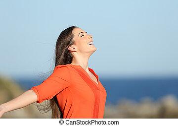 mulher, costa, respirar, ar fresco, feliz
