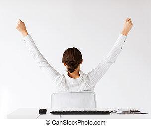 mulher, costas, com, mãos levantadas