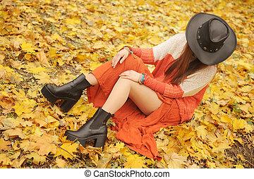 mulher, couro, jovem, outono, parque, posar, bonito, chapéu