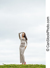 mulher, crescimento, excitado, jovem, cinzento, cheio, longo, vestido, bonito