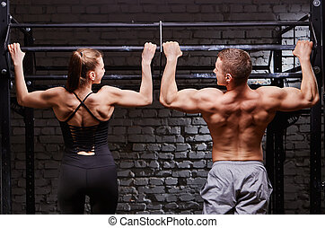mulher, crossfit, trabalhando, par, jovem, ginásio, atraente, vista, homem, caucasiano, parte traseira, saída