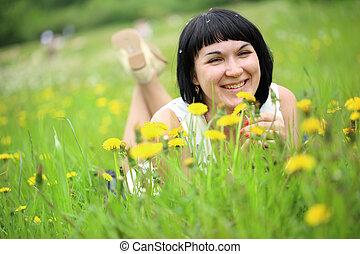 mulher, dandelion, jovem, grama campo, mentindo