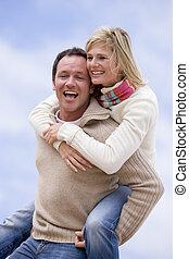 mulher, dar, passeio, piggyback, ao ar livre, homem sorridente