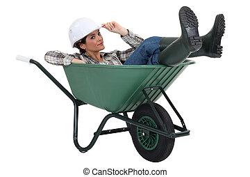 mulher, deitando, carrinho de mão