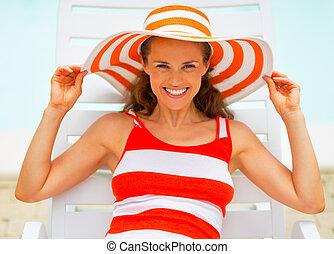mulher, deitando, jovem, retrato, chaise-longue, sorrindo,...