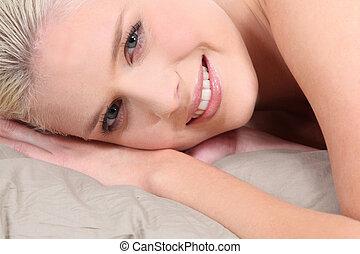 mulher, deitando, loura, cama