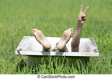 mulher, deitando-se, em, um, banheira, ligado, a, grama verde
