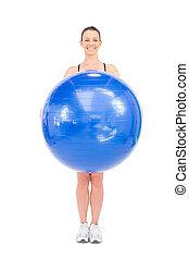 mulher, dela, ajustar, bola, segurando, frente, sorrindo, exercício