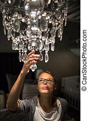 mulher, dela, appartment, modernos, jovem, lustre, direita, escolher, lar, bonito, loja, furnishings