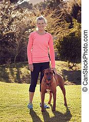 mulher, dela, atlético, cão, animal estimação, desgaste, ao...
